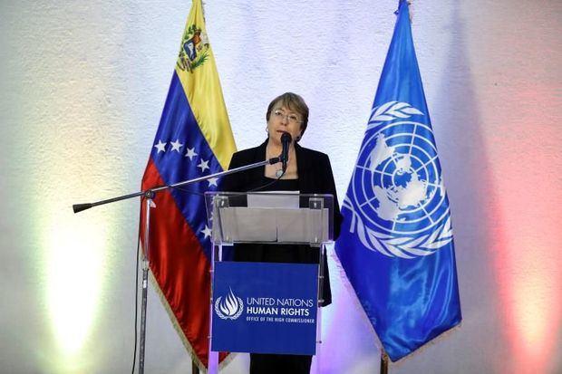 La alta comisionada de Naciones Unidas para los derechos humanos, Michelle Bachelet, habla durante una rueda de prensa este viernes en el aeropuerto internacional Aeropuerto Simón Bolívar de Maiquetia, luego de su reunión con el mandatario venezolano, Nicolás Maduro, en Caracas (Venezuela).