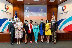 Miembros del Consejo junto a colaboradores de Prodominicana.