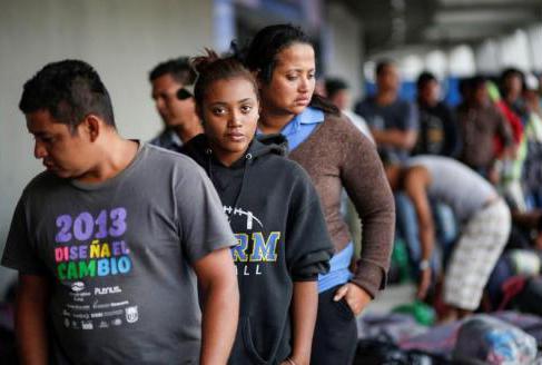 Cientos de migrantes toman un descanso este jueves a su paso por México.