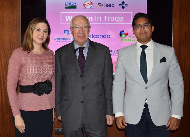 Odile Miniño Bogaert, vicepresidente ejecutiva de Adoexpo; Nicola Minervini, conferencista, y Carlos Puello, director del Programa Exporta Calidad.