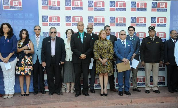 Miembros del  Ministerio de Educación (MINERD)  en el acto de laexposición fotográfica.