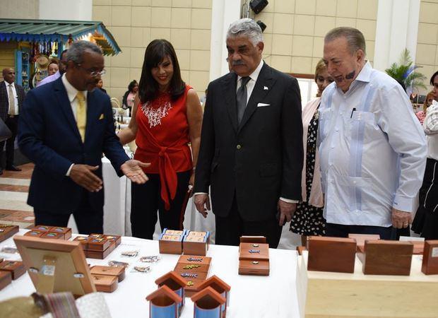 De izquierda a derecha, el director general de CENADARTE, Valentin Guerrero; la embajadora Ángeles García de Vargas, el ministro de Relaciones Exteriores Miguel Vargas, seguido por el ministro de Cultura, arquitecto Eduardo Selman.
