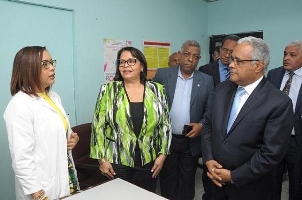 Ministro de Salud promete ayuda para equipamiento dispensario médico de la UASD