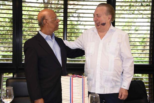 Momento en que el ministro Eduardo Selman entrega los 20 tomos de la Biblioteca Básica Dominicana, editada por la Editora Nacional del Ministerio de Cultura.