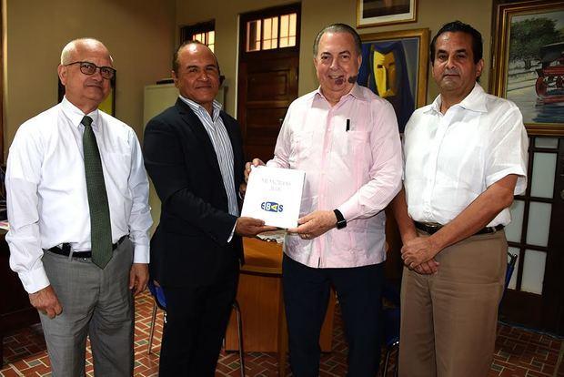Durante el encuentro Chiqui Mendoza, entregó al ministro Eduardo Selman, la memoria 2018, correspondiente a la agenda de actividades.