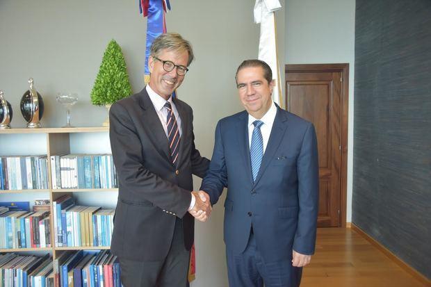 Ministro de Turismo recibe visita del embajador alemán Volker Pellet
