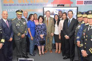 El ministro de Educación, Antonio Peña Mirabal, junto a sus homólogos de Defensa, teniente general Rubén Paulino Sem, y de Cultura, Eduardo Selman  realizaron recorrido en la Feria del Libro 2019. (Foto:Cortesía).