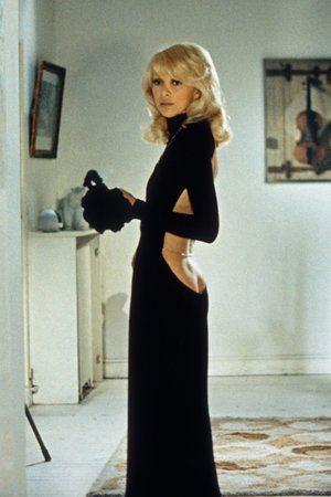 """Mireille Darc (1972) con un diseño que acaparó la atención por el pronunciado escote de espalda que mostraba mucho más de lo acostumbrado para la época durante el film """"El gran rubio con un zapato negro""""."""