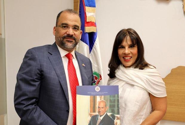 Embajador dominicano en España,  Olivo Rodríguez Huertas junto a la embajadora María de los Ángeles García de Vargas.