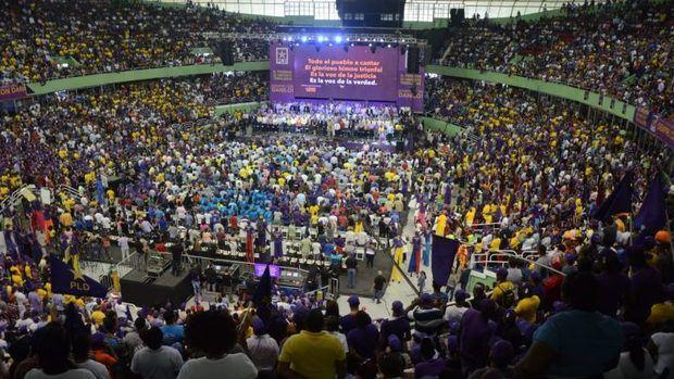 Miles de personas se congregan en el mitin.