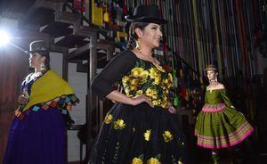 Tres modelos lucen el atuendo de la chola boliviana este sábado en La Paz (Bolivia).