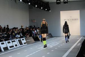 Modelos lucen diseños de la marca china Peacebird, durante las presentaciones previas al inicio de la Semana de la Moda de Nueva York este miércoles, en los Spring Studios de Nueva York, EE.UU.