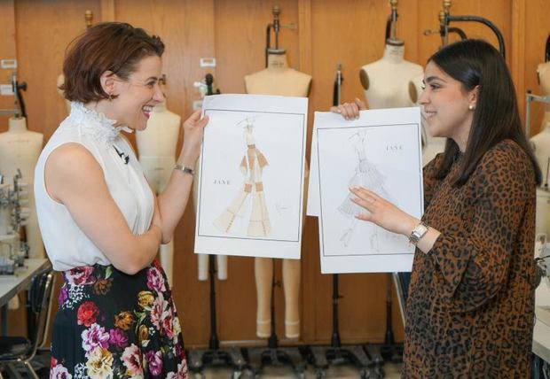Fotografía cedida por el Instituto Tecnológico de la Moda de Nueva York (FIT) donde aparece la estudiante del FIT Seohee 'Ruby' Shin mientras trabaja en el diseño de vestuario para prendas inspiradas en el personaje Nala, de 'El Rey León'.
