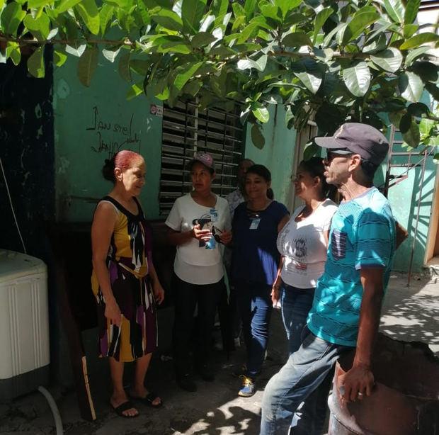 El hospital docente universitario Dr. Francisco E. Moscoso Puello realizó una jornada contra el dengue que consistió en la visita casa por casa del personal médico y administrativo del centro.