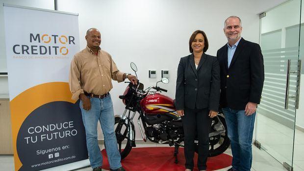 Alejandro Fernández W. imparte entrenamiento a motoconchistas sobre manejo de finanzas