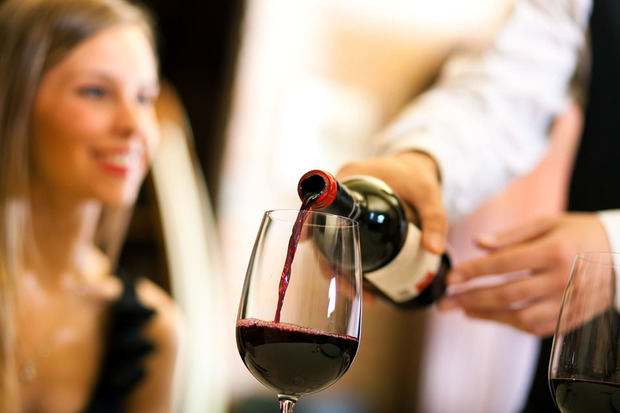 Sirviendo vinos.