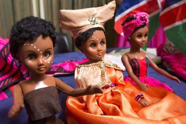 """Christy Shakuyungwa, metalurgista de Namibia, fabrica las muñecas """"Taati & Friends"""" con rasgos y ropa de 13 grupos étnicos de Namibia."""