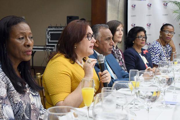 Ministra de la Mujer, Janet Camilo, en la mesa principal mientras da su discurso.