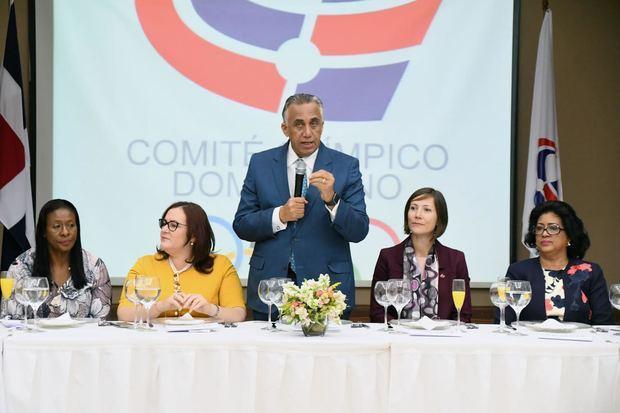 Encuentro encabezado por Luis Mejía Oviedo, presidente del COD donde asistieron personalidades femeninas del mundo de los deportes.