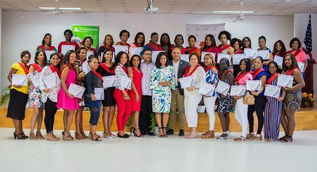 """Fundación Pedro Martínez y Junior Achievement Dominicana gradúan """"Mujeres Emprendedoras"""""""