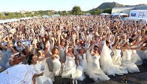 Petrer hizo ayer historia al meterse en el Libro Guinness de los Récords al reunir a más de 1.300 mujeres vestidas de novia. Fue en un evento secundado por mujeres de la localidad pero también de Elda, la comarca, la Comunidad Valenciana e incluso de otras provincias.