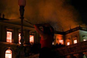 Fotografía de archivo fechada el 2 de septiembre de 2018, que muestra una vista general del Museo Nacional de Río de Janeiro, uno de los más antiguos de Brasil, mientras es consumido por las llamas debido a un incendio de grandes proporciones, en Río de Janeiro (Brasil).