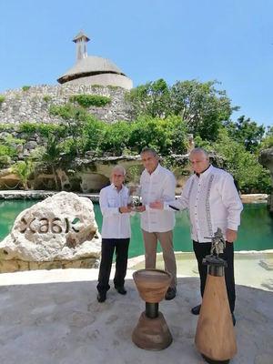 Bolívar Troncoso recibe el diploma del Turismo sostenible de parte del secretario de Turismo del Gobierno de México, Miguel Torruco Marqués y la medalla de la Cátedra de Turismo Sostenible de parte del arquitecto Miguel Quintana pali, creador del complejo Xcaret.