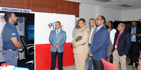 El director del COE, general Juan Manuel Méndez y su comitiva junto al director general del IDAC Alejandro Herrera y otros funcionarios de la institución