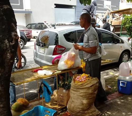 Negocios informales en las calles del Sector Naco.