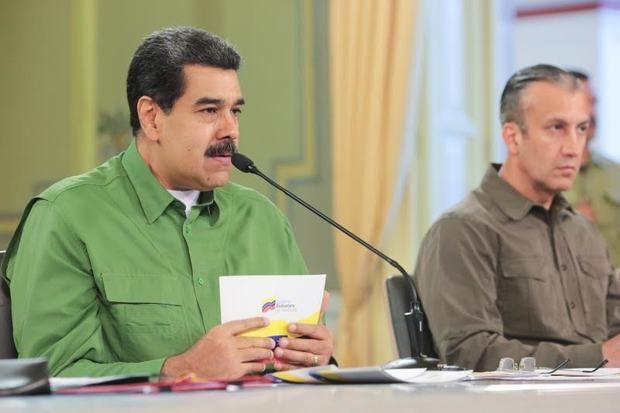 Fotografía cedida por Prensa de Miraflores del presidente venezolano, Nicolás Maduro, junto la vicepresidenta, Delcy Rodríguez (fuera de cuadro), y al vicepresidente del área económica, Tareck El Aissami, durante un acto de gobierno este miércoles en Caracas, Venezuela.