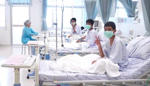 Los 12 niños rescatados de la cueva inundada en Tailandia se recuperan en el hospital