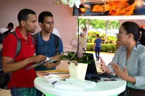 Noemi Cruz, de administracion Deloitte, ofreciendo información a los jovenes participantes de la feria de empleos