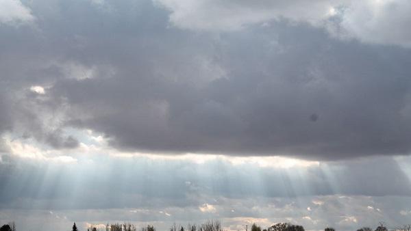 Nubes dispersas y chubascos aislados por el viento del este/noreste