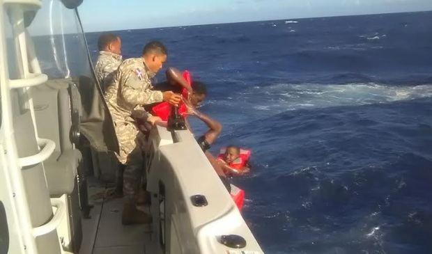 Naufragio en costas dominicanas deja un muerto y 15 más fueron rescatados