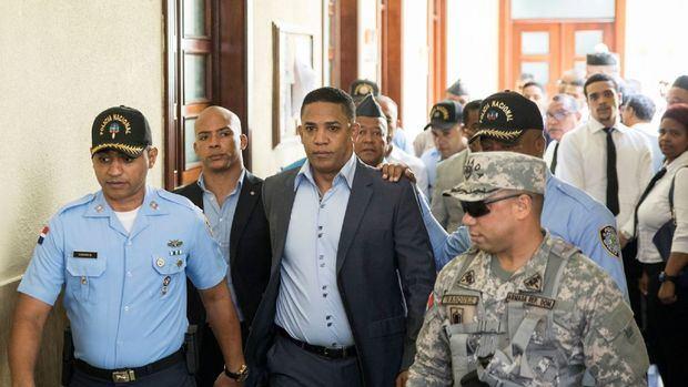 El ex lanzador Octavio Dotel llora luego de salir de una audiencia en un tribunal en República Dominicana.