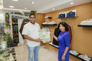 La directora del periódico digital Rhina Ibert,entregó el premio a Victor Santana, ganador del 2do. lugar de esta edición de la galería.