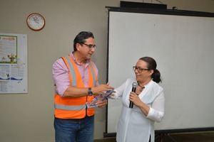 Odalis Rojas de Link Gerencial entrega aplaca Reyna Alburquerque .