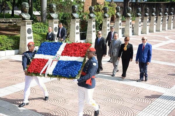 Senado deposita ofrenda floral en el Altar de la Patria con motivo al 174 aniversario de la Constitución