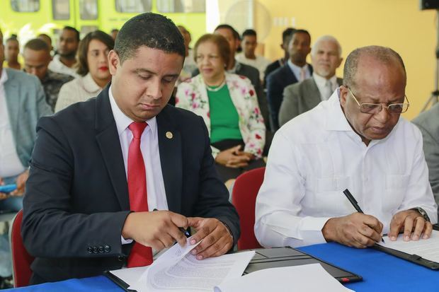 Héctor Mojica y el rector del Instituto Técnico Superior Comunitario, ITSC, Miltón Reyes.