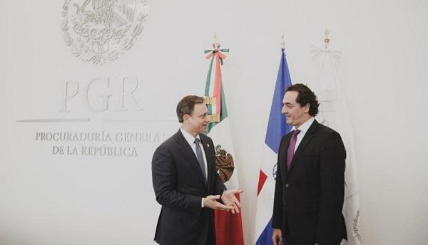 Los procuradores Jean Rodríguez y Alberto Elías Beltrán durante el encuentro.