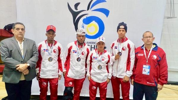 Luis Chanlatte, presidente Fedowushu; los atletas Fernando Torres, Breuley Núñez, Darling Ferreras, Elián Andújar, y Oscar Farías, entrenador.