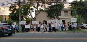 Manifestación de protesta de los vecinos de Bella Vista, Distrito Nacional, frente a la residencia de la calle Las Ninfas # 8, en la que se pretende instalar las oficinas del ACNUR.