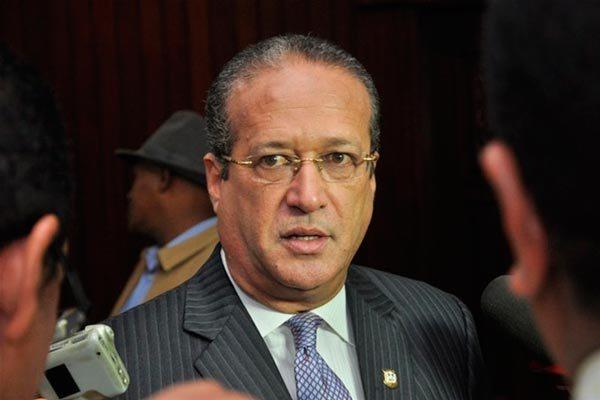 Pared afirma policías y militares continuarán en los alrededores del Congreso
