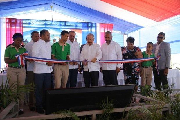 El presidente Danilo Medina entrega escuela.
