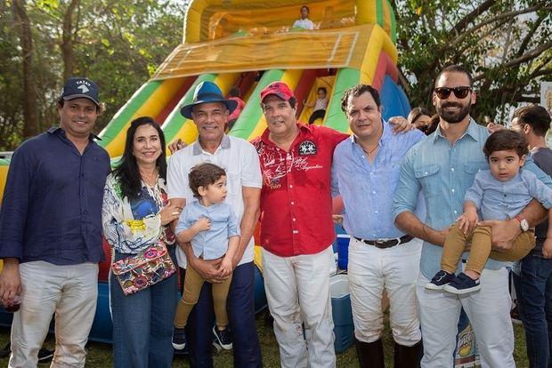 Juan Tomas  Diaz, Martha De Rivera, Tony Rivera, Roberto Garcia, Jaime Garcia y Jonathan Rivera junto a los niños Pedro y  Daniel.