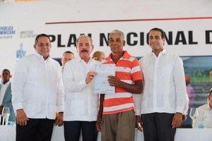 Danilo Medina entregó títulos definitivos de propiedad a parceleros de la provincia María Trinidad Sánchez.
