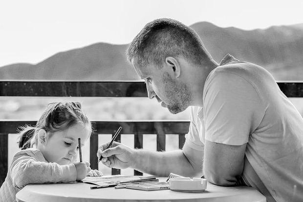 """Los """"nuevos padres"""" se dedican a aprender cómo abandonar los estereotipos y roles que la sociedad ha establecido como los correctos para su género."""