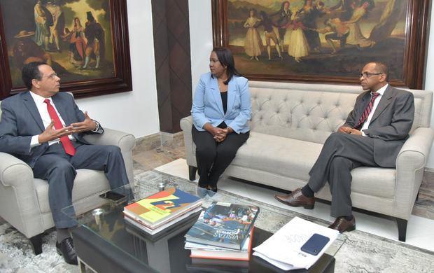 Ministro de Educación, Antonio Peña Mirabal, y la presidenta de la Asociación Dominicana de Profesores (ADP) Xiomara Guante en la reunión para mejorar la educación del país.