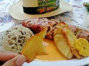 Pescado con coco, moro de guandules y fritos de platano y buen pan preparados por el chef Carlos Estevez