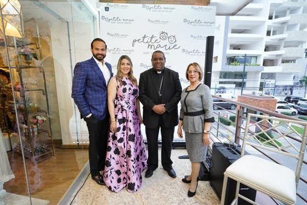 Carlos Constanza, Dhayana Polanco Sánchez, el obispo Jesús Castro Matos y María Teresa Sánchez.